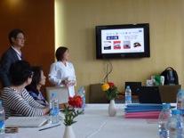 最初に中国の方々へ「食介護」のレクチャー