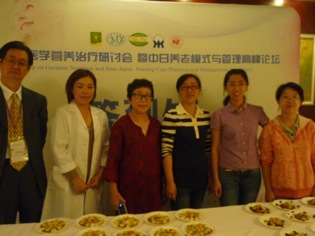 左から潤生園の安石 皓先生、筆者、潤生園の時田佳代子先生、華東病院の管理栄養士さん