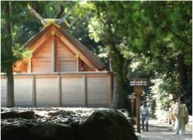 写真1 外宮御饌殿と御饌の入った辛櫃(からひつ)を運ぶ神職 (2014年9月13日)