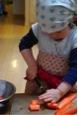 写真1 1歳半でカレー作りのお手伝い