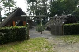 写真1 御塩殿神社の御塩汲入所(右(と御塩焼所(左)(2014年8月1日)