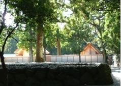 写真1 北御門口参道・忌火屋殿横からの外宮正宮(左)と御饌殿(右) (2014年9月14日)