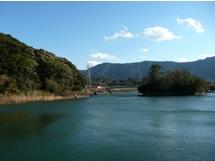 写真3 左の丘の中腹に朝熊神社と朝熊御前神社、右の森は鏡宮神社、両社の間の遠景は朝熊山、手前は五十鈴川(2014年12月13日)