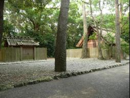 写真1 御塩殿神社(左)と御塩殿(右)(2014年10月10日)