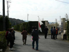 写真1 御園祭を門外から参観する近所の人々(2015年3月21日)