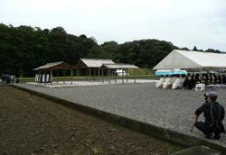 写真1 下種祭の祭場。左の森が忌鍬山、左の集団は報道陣、手前は一般奉拝者(2015年4月6日)