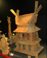 写真4 屋根に鰹木を載せた今城塚古墳出土の家型埴輪(2015年12月9日)