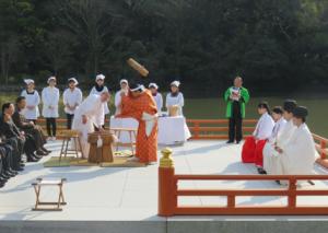 写真2 伊勢市観光協会による外宮勾玉池奉納舞台での神宮参拝者配布用のモチ搗き(2015年12月25日)