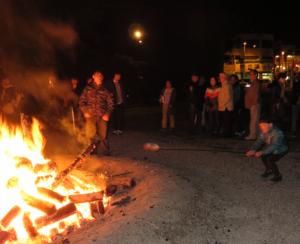 写真3 外宮前広場の大かがり火でのもち焼き(2015年12月31日)