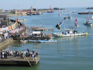 写真5 御幣鯛御用船の神社港への入港(2015年10月12日)