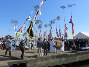 写真6 神社港における辛櫃に入った御幣鯛の参進(2015年10月12日)