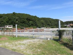 写真2 伊勢市岡本町にある旧神田。背後の丘陵の右側に伊我理神社が鎮座(2015年9月29日)