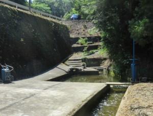 写真3 現在の米山新田用水路のトンネル部。右の青い簡易水門はかつての「ゆせき」(2016年6月2日)