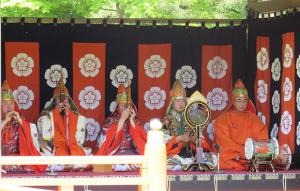 写真4 神宮神楽祭における和楽器の演奏。右端が羯鼓(2016年4月30日)