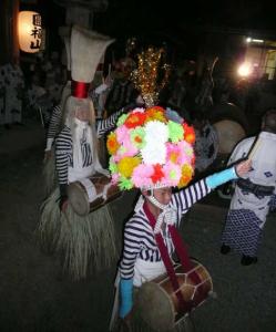 写真5 花笠を被って踊る小学生(2014年8月15日)