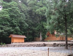 写真7 御船倉(左)と瀧原竝宮(右)(2016年7月3日)