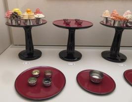 写真2 平安時代の貴族の食事のレプリカ(部分)。右下が水の入った水椀(斎宮歴史博物館,2015年12月22日)