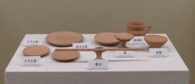 写真3 神宮の神饌で用いられる土器。右端の水器と表示されているのが水碗(佐川神道博物館,2016年1月30日)