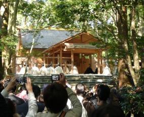 写真4 荒祭宮における神嘗祭奉幣の儀。着色の装束は勅使(2014年10月16日)