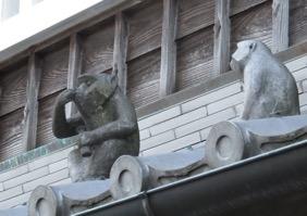 写真2 内宮前おかげ横丁の酒屋の屋根で独酌する瓦製のサル(2017年3月4日)