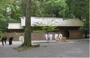 写真5 内宮忌火屋殿前における御酒殿祭のお祓い(2015年6月1日)