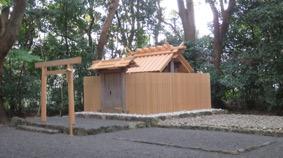 写真7 修繕後の外宮摂社・草奈伎神社。門扉、棟持柱や壁板はそのまま。右側の砂利面が仮殿の敷地(2016年11月16日)