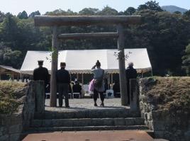 写真2 神宮神田の黒木造りの鳥居と下種祭祭場(2017年4月4日)