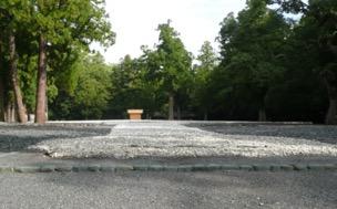 写真4 外宮正宮・新御敷地の白石と清石、遠景の社殿は心の御柱覆屋(しんのみはしらのおおいや)(2014年10月3日)