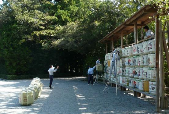 写真1 内宮神苑前での神宮奉納三重県産清酒の飾樽の設置(2014年10月1日)