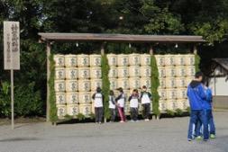 写真4 外宮手水場前の白鷹の飾り樽(2016年10月12日)