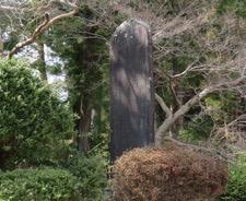 写真6 多気町朝柄の岡山友清翁紀年碑(2017年3月22日)